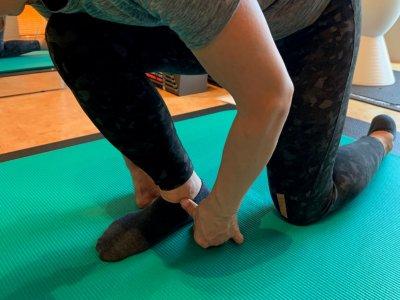 膝の痛みを解消するために股関節と足首にアプローチします